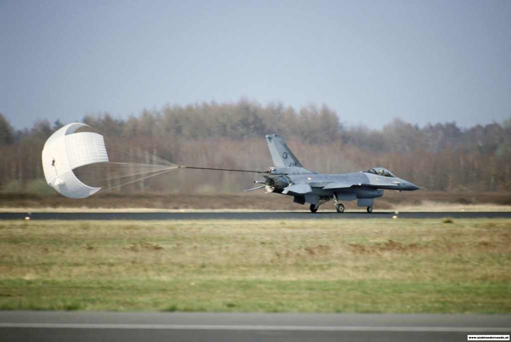 F-16AM J-141 deploying the dragchute. This dragchute helps the F-16 to stop at a shorter stretch of runway.