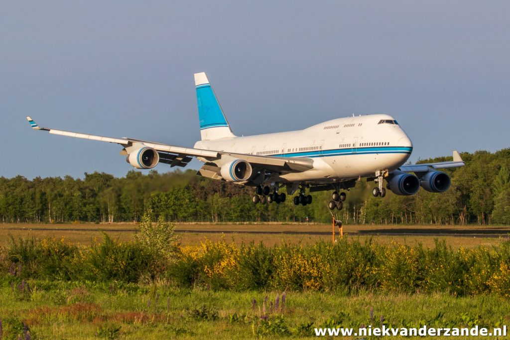 Boeing 747 9K-ADE shortly before landing at Twente Airport