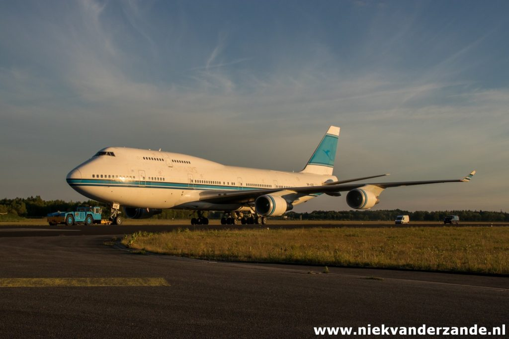 Boeing 747 9K-ADE Towed to the AELS platform at Twente Airport